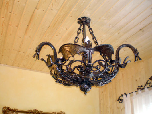 Kovana stropna luč