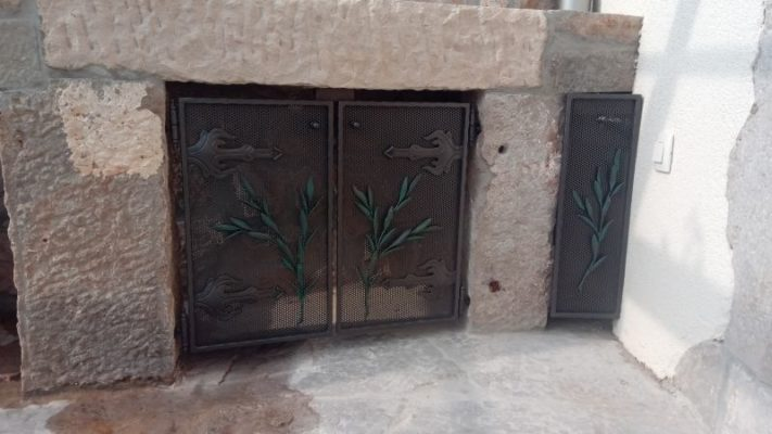 Kovana kaminska vrata