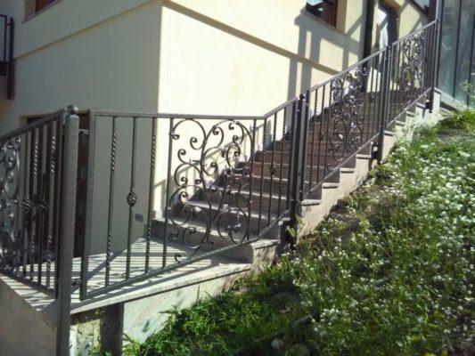 Stopniščna ograja kovana